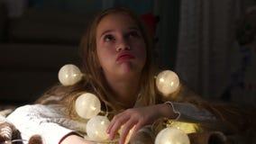 Όμορφες διακοσμήσεις Χριστουγέννων καθιέρωσης μικρών κοριτσιών και αναμονή Santa Το κορίτσι είναι κουρασμένο της αναμονής και να  φιλμ μικρού μήκους