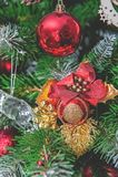 Όμορφες διακοσμήσεις Χριστουγέννων που κρεμούν σε ένα χριστουγεννιάτικο δέντρο Εγχώρια διακόσμηση για τα Χριστούγεννα στοκ φωτογραφία με δικαίωμα ελεύθερης χρήσης