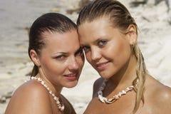 όμορφες δύο νεολαίες γυναικών Στοκ Εικόνες