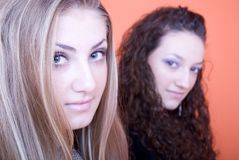 όμορφες δύο νεολαίες γ&upsilo Στοκ φωτογραφία με δικαίωμα ελεύθερης χρήσης