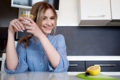 Όμορφες ενάρξεις κοριτσιών το πρωί της με ένα ποτήρι του νερού με το λεμόνι Στοκ εικόνες με δικαίωμα ελεύθερης χρήσης