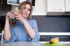 Όμορφες ενάρξεις κοριτσιών το πρωί της με ένα ποτήρι του νερού με το λεμόνι Στοκ φωτογραφίες με δικαίωμα ελεύθερης χρήσης