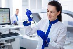 Όμορφες εξεταστικές χημικές ουσίες οικότροφων brunette Στοκ Εικόνα