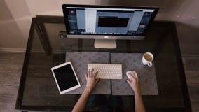 Όμορφες εργασίες κοριτσιών για τον υπολογιστή και μια ταμπλέτα απόθεμα βίντεο