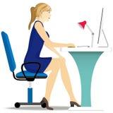 Όμορφες εργασίες κοριτσιών για τον υπολογιστή, που κάθεται στο α απεικόνιση αποθεμάτων