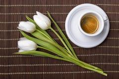 όμορφες δεσμών καφέ φλυτζανιών τουλίπες άνοιξη espresso φρέσκες Στοκ εικόνα με δικαίωμα ελεύθερης χρήσης