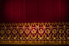 Όμορφες εσωτερικές σκηνικές κουρτίνες θεάτρων με το δραματικό φωτισμό Στοκ Εικόνες