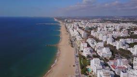 Όμορφες ευρείες παραλίες και άσπρη αρχιτεκτονική σε Quarteira, Αλγκάρβε, Πορτογαλία φιλμ μικρού μήκους