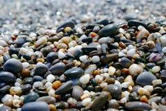 Όμορφες ζωηρόχρωμες πέτρες στην παραλία, πέτρες θάλασσας Στοκ Εικόνες