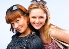 όμορφες θέτοντας νεολαί&ep Στοκ Εικόνες
