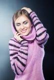 όμορφες θερμές νεολαίες πουλόβερ κοριτσιών Στοκ Φωτογραφίες