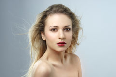 όμορφες θηλυκές νεολαί&eps όμορφες νεολαίες γυναικών στούντιο ζευγών χορεύοντας καλυμμένες Στοκ φωτογραφία με δικαίωμα ελεύθερης χρήσης