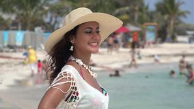 Όμορφες διακοπές παραλιών γυναικών φιλμ μικρού μήκους