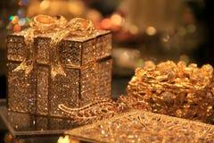 Όμορφες διακοσμήσεις λίγων διακοπών στους φωτεινούς χρυσός-τόνους Στοκ εικόνες με δικαίωμα ελεύθερης χρήσης