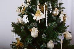 Όμορφες διακοσμήσεις σε ένα χριστουγεννιάτικο δέντρο Στοκ Εικόνες