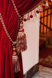 Όμορφες διακοσμημένες κόκκινες κουρτίνες με τους θυσάνους Στοκ φωτογραφίες με δικαίωμα ελεύθερης χρήσης