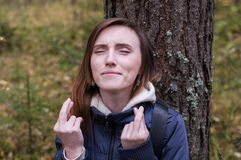 Όμορφες ιδιαίτερες προσοχές ελπίδας κοριτσιών crossfinger Στοκ εικόνα με δικαίωμα ελεύθερης χρήσης