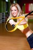 όμορφες κάνοντας νεολαίες λευκών γυναικών ασκήσεων ανασκόπησης Στοκ φωτογραφία με δικαίωμα ελεύθερης χρήσης