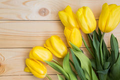 Όμορφες κίτρινες τουλίπες στο ξύλινο υπόβαθρο Στοκ φωτογραφία με δικαίωμα ελεύθερης χρήσης