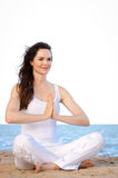 όμορφες κατάλληλες meditating νεολαίες γυναικών Στοκ φωτογραφία με δικαίωμα ελεύθερης χρήσης