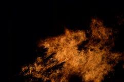 Όμορφες καυτές καίγοντας ψηλές φλόγες από τη φωτιά στο σκοτεινό χειμώνα Στοκ Φωτογραφίες