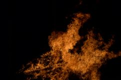 Όμορφες καυτές καίγοντας ψηλές φλόγες από τη φωτιά Στοκ φωτογραφίες με δικαίωμα ελεύθερης χρήσης