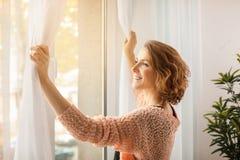 Όμορφες κουρτίνες ανοίγματος γυναικών Στοκ εικόνα με δικαίωμα ελεύθερης χρήσης