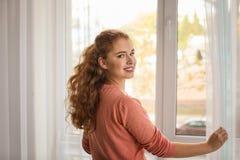 Όμορφες κουρτίνες ανοίγματος γυναικών Στοκ Εικόνα