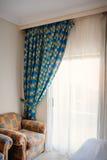 Όμορφες κουρτίνες και καρέκλες στο δωμάτιο Στοκ Φωτογραφίες