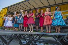 Όμορφες κυρίες και λεπτά κοστούμια Στοκ φωτογραφία με δικαίωμα ελεύθερης χρήσης