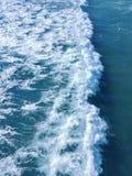 Όμορφες κύματα και πέτρες Στοκ Φωτογραφίες