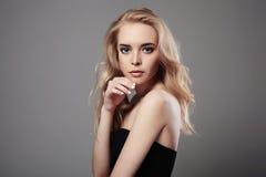 όμορφες μαύρες νεολαίε&sigma ξανθό κορίτσι προκλητικό Στοκ Εικόνες