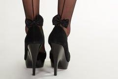 Όμορφες μαύρες προκλητικές γυναικείες κάλτσες με τα τόξα Στοκ Εικόνες