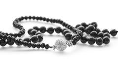 Όμορφες μαύρες χάντρες κοσμήματος μόδας στο άσπρο υπόβαθρο Στοκ Εικόνες