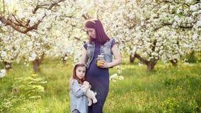 Όμορφες μητέρα και αυτή λίγη κόρη υπαίθρια απόθεμα βίντεο