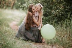 Όμορφες μητέρα και αυτή λίγη κόρη υπαίθρια r r Χαρά ημέρας της ευτυχούς μητέρας στοκ φωτογραφία με δικαίωμα ελεύθερης χρήσης