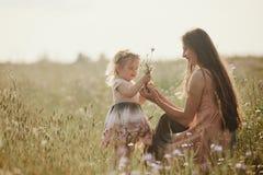 Όμορφες μητέρα και αυτή λίγη κόρη υπαίθρια r r Χαρά ημέρας της ευτυχούς μητέρας στοκ φωτογραφίες με δικαίωμα ελεύθερης χρήσης