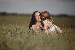 Όμορφες μητέρα και αυτή λίγη κόρη υπαίθρια r r Χαρά ημέρας της ευτυχούς μητέρας στοκ εικόνες με δικαίωμα ελεύθερης χρήσης