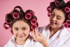 Όμορφες μητέρα και κόρη στα ρόλερ τρίχας στοκ εικόνα με δικαίωμα ελεύθερης χρήσης