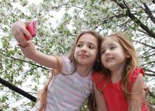 Όμορφες μικρές αδελφές που κάνουν selfie Στοκ Εικόνα