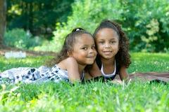 όμορφες μικτές αδελφές δύ&o Στοκ Εικόνες