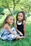 όμορφες μικτές αδελφές δύ&o Στοκ φωτογραφία με δικαίωμα ελεύθερης χρήσης