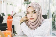 όμορφες μουσουλμανικές νεολαίες γυναικών στοκ εικόνα με δικαίωμα ελεύθερης χρήσης