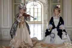 Όμορφες μπαρόκ κούκλες σε ένα κάστρο Στοκ Φωτογραφίες