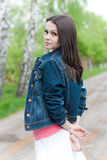 όμορφες μπλε ζακετών νεολαίες γυναικών τζιν υπαίθριες Στοκ Εικόνες