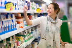 Όμορφες νέες αγορές γυναικών στοκ φωτογραφία με δικαίωμα ελεύθερης χρήσης