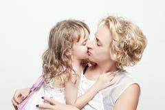 Όμορφες νέες γυναίκα και αυτή που γοητεύουν λίγη κόρη στοκ φωτογραφίες