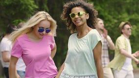 Όμορφες νέες γυναίκες που τραγουδούν και που χορεύουν υπαίθρια, καλοκαιρινές διακοπές, νεολαία απόθεμα βίντεο
