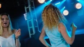 Όμορφες νέες γυναίκες που χορεύουν στη λέσχη νύχτας απόθεμα βίντεο