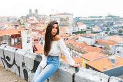 Όμορφες νέες ενήλικες γυναίκες που θέτουν στο πανόραμα πόλεων οριζόντων του Πόρτο στο υπόβαθρο Στοκ φωτογραφία με δικαίωμα ελεύθερης χρήσης
